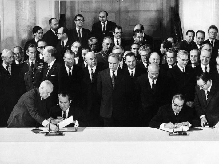 Nixon dan Brezhnev menandatangani Traktat Pembatasan Senjata Strategis I di Moskow, 26 Mei 1972.